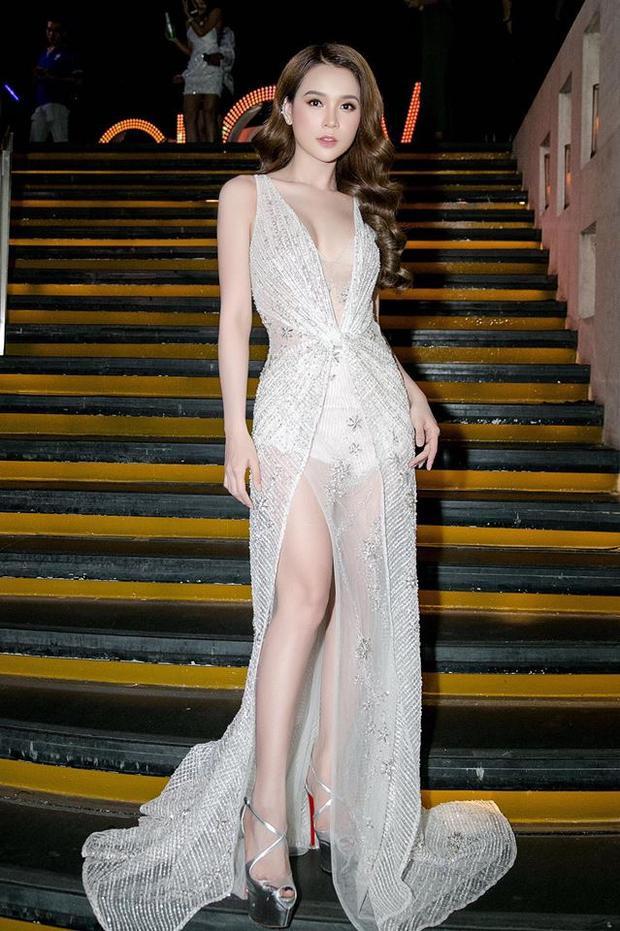 Váy xuyên thấu cũng không thể làm khó Sam và khiến cô nàng xinh đẹp như nữ thần khi diện.