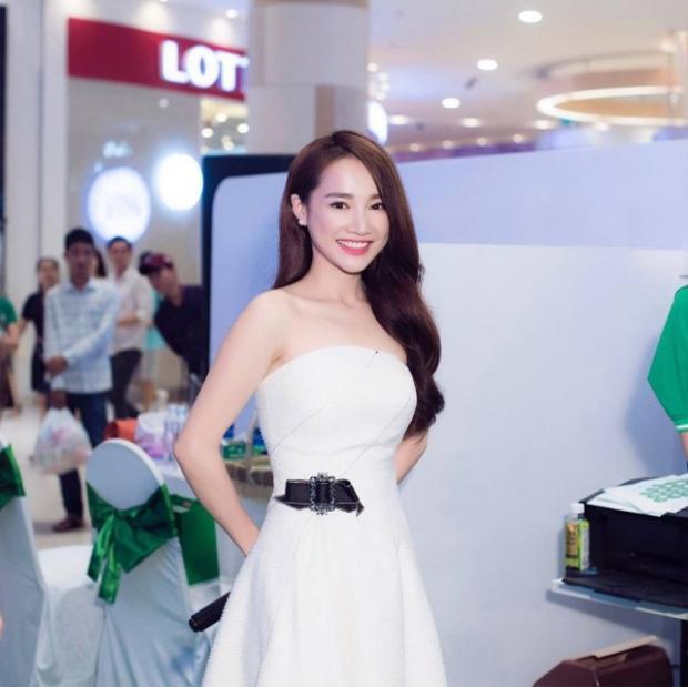 Những chiếc váy trắng của Nhã Phương thường đơn giản hết mức.