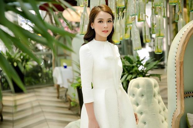 Diện chung một thiết kế váy trắng thắt nơ ở cổ điệu đà, có điểm nhấn là hàng cúc chạy dài trước ngực, cả Sam…
