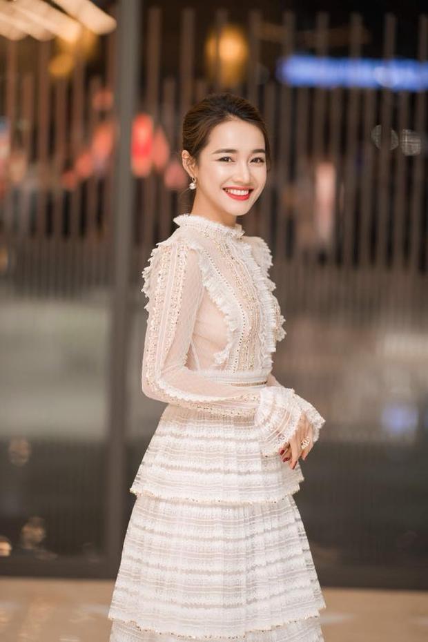 Cô nàng quả thật xinh đẹp hút hồn với chiếc váy xếp tầng nhẹ nhàng, xuyên thấu.
