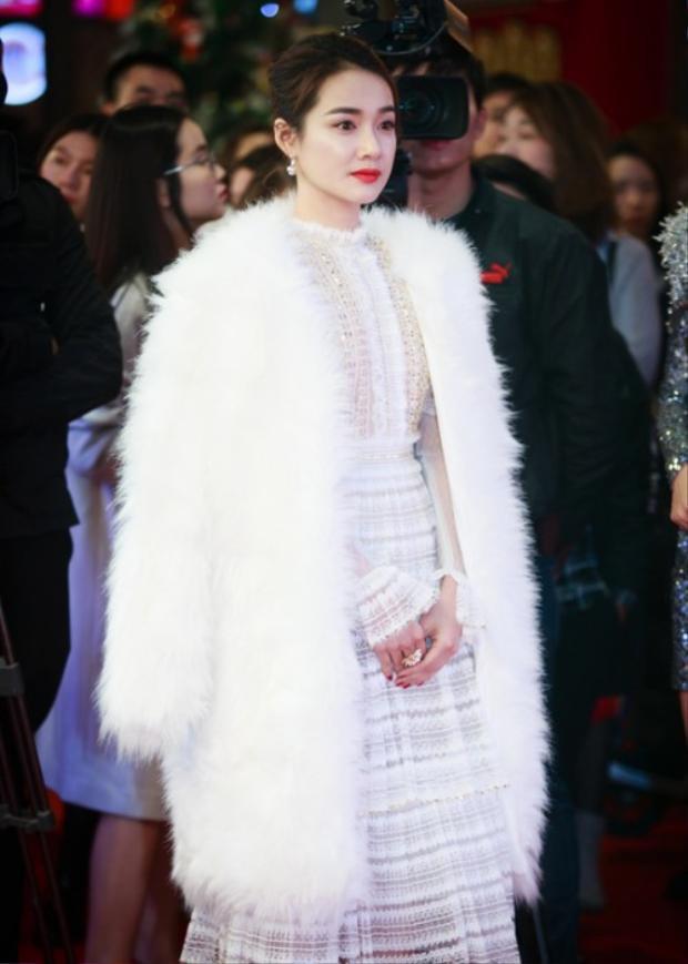 Nhã Phương kiêu sa diện áo khoác lông trắng trong một sự kiện gần đây.