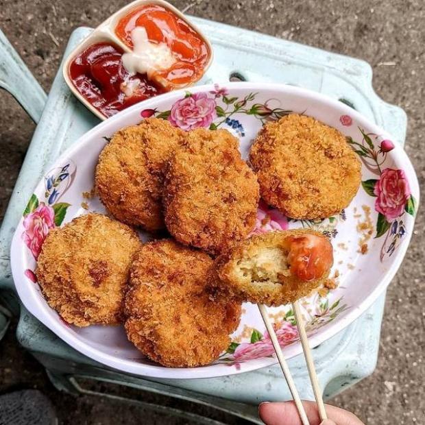 Đĩa bánh gà giòn rụm, vàng ươm và đậm mùi cà ri.