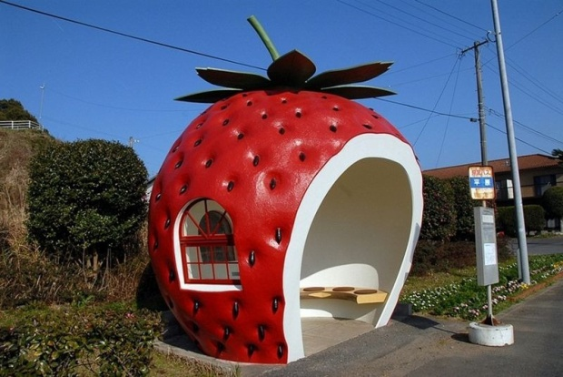 Những bến xe buýt dễ thương này được xây dựng từ năm 1990 nhân dịp Hội chợ Triển lãm du lịch chào đón du khách đến thị trấn từ khắp nơi trên thế giới.