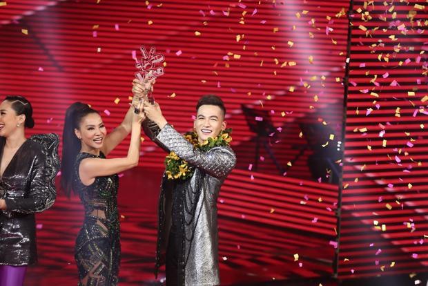 Ali Hoàng Dương đã giúp đội Thu Minh nâng cao chiếc cúp chiến thắng tại The Voice 2017.