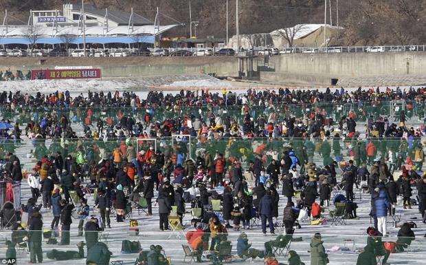 Để câu được cá, người tham gia phải khoan một lỗ trên mặt băng dày đến vài mét.
