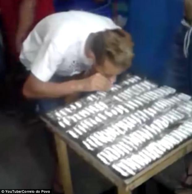 Những thanh cocaine được xếp thành hàng trên bàn.