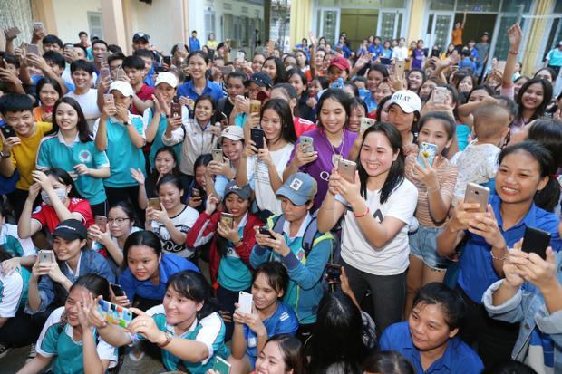 Hàng trăm sinh viên có mặt để đón chào tân Hoa hậu Hoàn vũ Việt Nam.