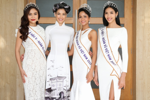 H'Hen Niê, Hoàng Thuỳ, Mâu Thuỷ cùng Hoa hậu Hoàn vũ 2008 Dayana Mendoza khoe nhan sắc rạng rỡ.