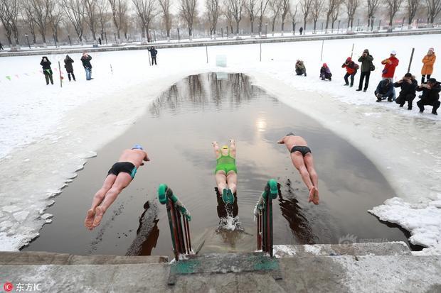 Cuộc thi bơi trong hồ băng diễn ra tại Thẩm Châu, Liêu Ninh, Trung Quốc, hôm 5/1. Mặc dù nhiệt độ tại đây xuống còn -20 độ C nhưng các thí sinh vẫn lao xuống hồ băng lạnh.