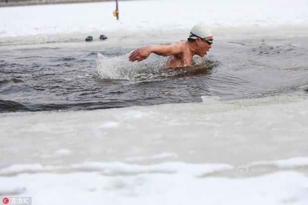 Nhiệt độ ngoài trời tại Trung Quốc đang xuống thấp, trời lạnh thấu xương nhưng điều đó không thể ngăn cản niềm đam mê bơi lội của họ.