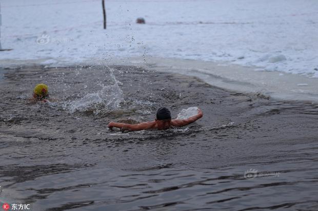 Một thí sinh đang bơi lội trong hồ nước lạnh -20 độ C.