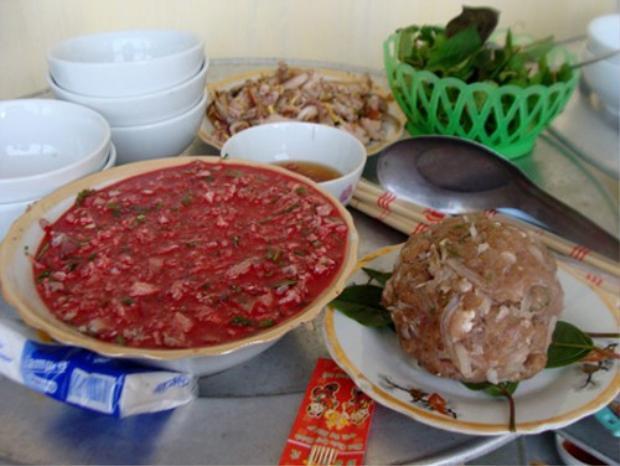 Trong các ngày lễ Tết, người làng Vị Thủy không thể thiếu được món nem sống.