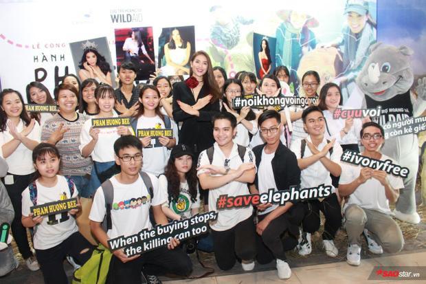 Nhiều fan của Phạm Hương cũng đã có mặt để ủng hộ hành động của người đẹp.