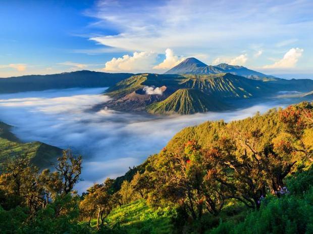 Surabaya, Indonesia là sự lựa chọn hoàn hảo cho những ngày nghỉ. Khi nhắc đến Indonesia, người ta thường nghĩ đến Jakarta và Bali. Tuy vậy, nếu như bạn là một người ưa thích khám phá những điều mới mẻ cũng như nét truyền thống lâu đời, thì tốt nhất đừng bỏ qua Surabaya, thành phố lớn thứ 2 Indonesia. Đến đây, bạn sẽ có dịp khám phá cũng như thưởng thức nền văn hóa Ả rập phong phú kết hợp một chút dư vị Hà Lan. Giống như Bali, chi tiêu ở Surabaya tương đối rẻ. Chi phí ước tính cho chuyến đi có vé máy bay 421 USD, khách sạn: 21 USD, chi phí ăn tối trung bình cho hai người: 14,33 USD, chi phí vui chơi: 50-70 cent (vé vào vào công viên giải trí Suroboyo Carnival).