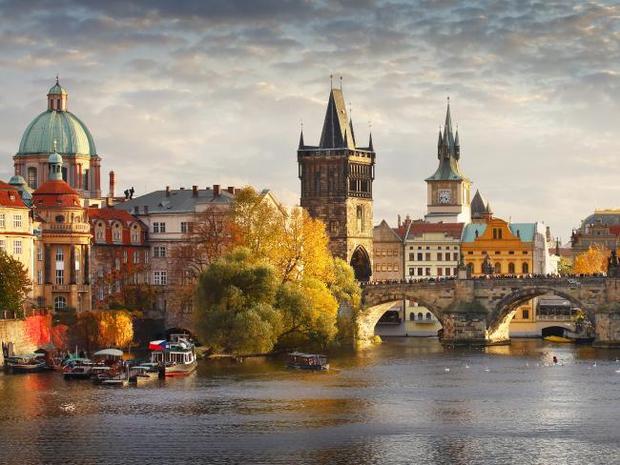 """Prague, Cộng hòa Séc. Các điểm đến ởchâu Âu luôn hấp dẫn khách du lịch. Prague nổi tiếng với con đường đá vôi, kiến trúc hoàng gia và các phòng triển lãm mang đẳng cấp thế giới, thường được so sánh với kinh đô ánh sáng Paris. """"Viên ngọc quý"""" của Cộng hòa Séc là nơi lý tưởng cho những ai ưa thích uống bia, khi nó sở hữu rất nhiều quầy bia hảo hạng. Bên cạnh đó còn có hẳn một tour du lịch tới các nhà máy sản xuất bia.Chi phí ước tính cho chuyến đi với vé máy bay: 955 USD, khách sạn: 38 USD, chi phí ăn tối trung bình cho hai người: 35,81 USD, chi phí vui chơi: 21 USD( vé vào Lâu đài Praha)."""