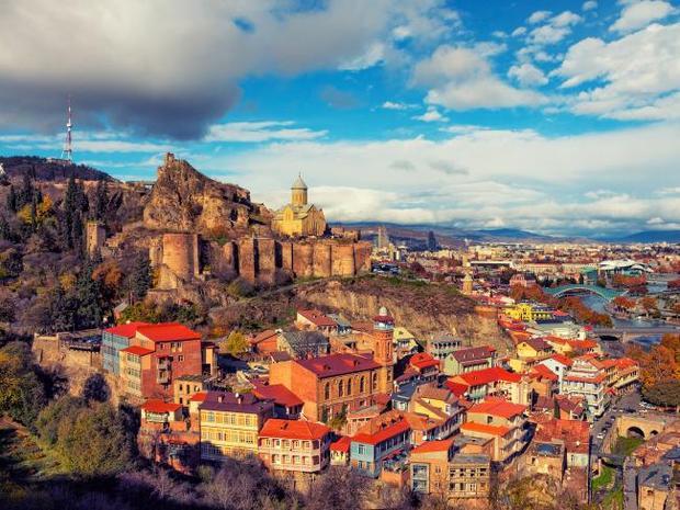 """Thủ đô của Tbilisi,Georgialà sự pha trộn """"sôi động"""" của nền văn hoá châu Á, châu Âu và thêm một chút nét riêng của nước Nga. Giống như nhiều nước Đông Âu, Tbilisi sở hữu rất nhiều nhà thờ Kitô giáo to lớn và hùng vĩ. Bên cạnh đó bạn có thể tới tham quan các pháo đài, tu viện hoặc vườn thực vật. Tuy nhiên, đây sẽ không phải là địa điểm lý tưởng cho người ăn chay. Chi phí ước tính cho chuyến đi, vé máy bay: 1.220 USD, khách sạn: 43 USD, chi phí ăn tối trung bình cho hai người: 25,52 USD, chi phí vui chơi: 1 USD( vé vào vườn Bách thảo Quốc gia)."""