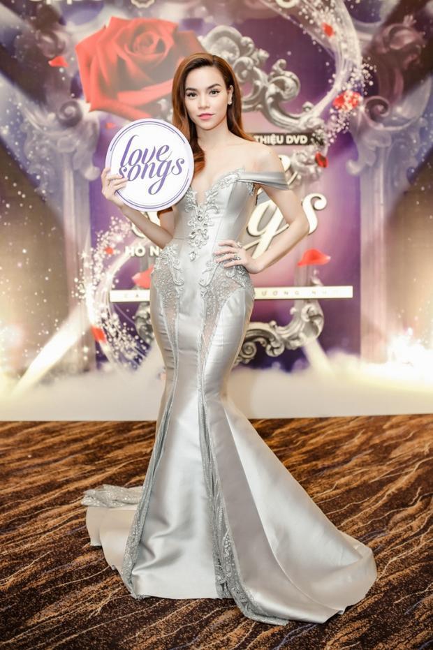 """Chiếc đầm đuôi cá được nữ ca sĩ Hồ Ngọc Hà diện trong đêm nhạc """"Love Song"""".Tường Linh cho biết, đến với Miss Intercontinental 2017 cô muốn chú trọng chọn những trang phục khoe được lợi thế hình thể với vòng eo """"con kiến"""" cùng số đo 83-55-90 cm. Tuy nhiên thay vì diện váy cũ, người đẹp nên chọn cho mình những thiết kế mới mẻ hơn."""