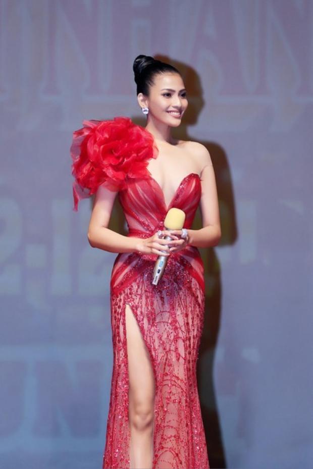 Người đẹp Trương Thị May cũng trong bộ cánh quen thuộc. Cô chọn kiểu tóc búi cao trong thiết kế xuyên thấu này. Dù thiết kế khá đẹp, song Tường Linh diện váy cũ khiến người hâm mộ không khỏi thất vọng.