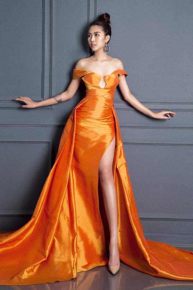 Bên cạnh đó tại các sự kiện Tường Linh liên tục đụng hàng với các người đẹp khác khiến cô bị đánh giá nhàm chán, không mới mẻ. Chiếc váy màu cam này cũng chẳng hề mới khi trước đó được Hoa hậu Đỗ Mỹ Linh mặc trong một sự kiện không lâu.