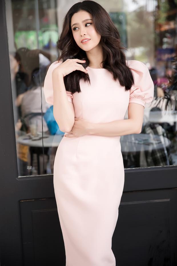 Bên cạnh đó, người đẹp cũng không thể bỏ qua các thiết kế váy ôm, tay bồng đem đến dáng vẻ nữ tính, nhẹ nhàng.