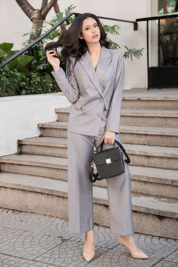 Để set đồ không đơn điệu, bà xã Tim lựa chọn phối cùng clutch cầm tay gam màu tối, đem đến nét thời thượng.