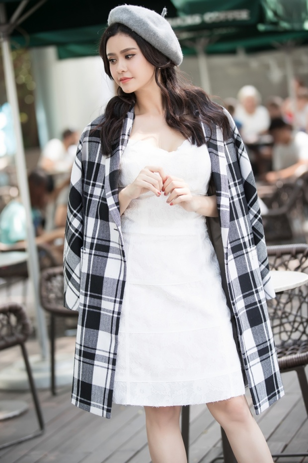 Áo khoác ca-rô bản to đem đến dáng vẻ sành điệu. Người đẹp cũng khéo léo khi kết hợp cùng phụ kiện mũ nồi xu hướng.