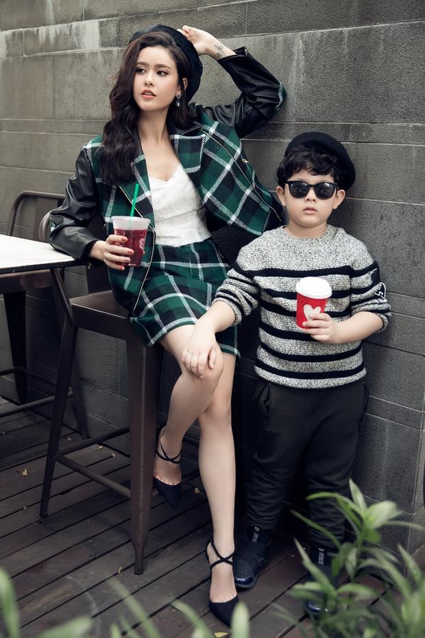 Bộ ảnh còn có sự tham gia của bé Sushi, con trai của Trương Quỳnh Anh.