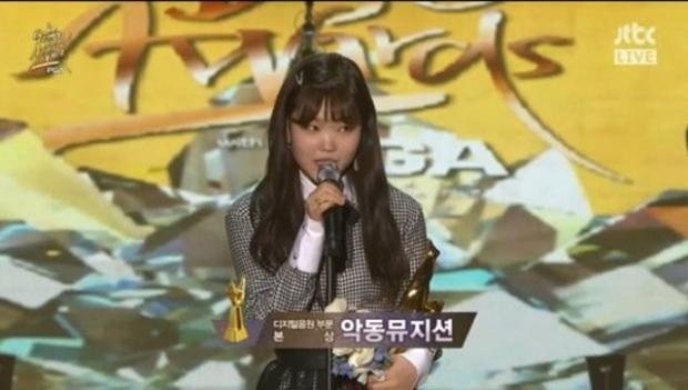 Khoảnh khắc ấm lòng: IU nhắc Jonghyun, Yeri (Red Velvet) bật khóc và dàn idol nữ cùng dỗ dành