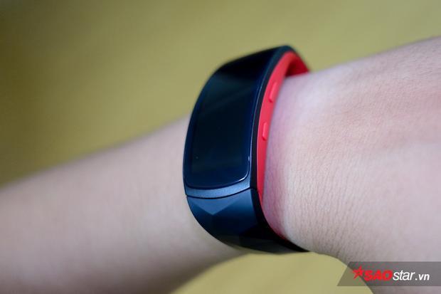 Phần bên hông của thiết bị gồm có nút back ở phía trên và nút nguồn ở phía dưới.