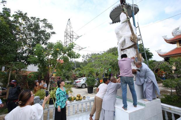 Trong chuyến thiện nguyện, nghệ sĩ Việt Hương cùng những người thân của mình đã trao tặng chùa Minh Thạnh (Bình Phước) tượng Phật Bà Quan Âm.