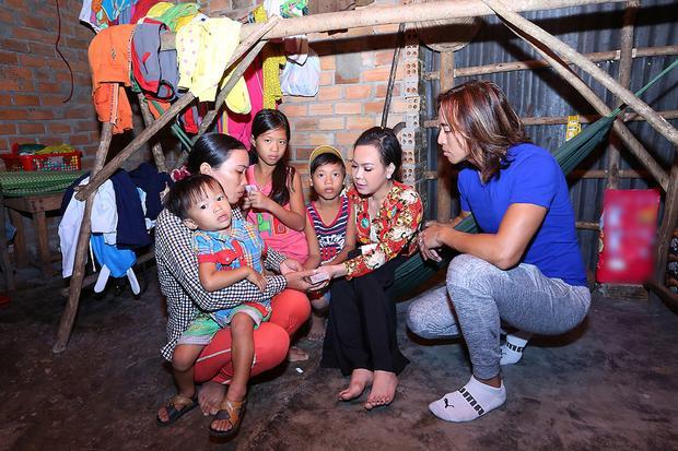 Không chỉ gắn kết và hỗ trợ nhau hết lòng trên con đường nghệ thuật, ba người nhà nghệ sĩ Việt Hương còn có chung tấm lòng hướng đến những hoàn cảnh khó khăn trên mọi miền đất nước.