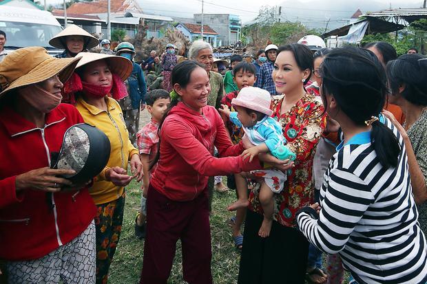 Trong trang phục bà ba gần gũi, Việt Hương như hoà mình vào đám đông.