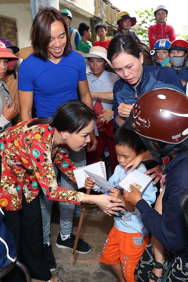 Từ nhiều năm nay, dù bận rộn đến mấy, Việt Hương luôn ưu tiên dành thời gian để đến thăm những bà con nghèo vùng sâu vùng xa, trao quà, trao tiền, giúp bà con xây cầu, xây nhà.