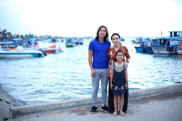 Chồng và con gái Việt Hương từ Mỹ về Việt Nam cùng nữ nghệ sĩ đi từ thiện.