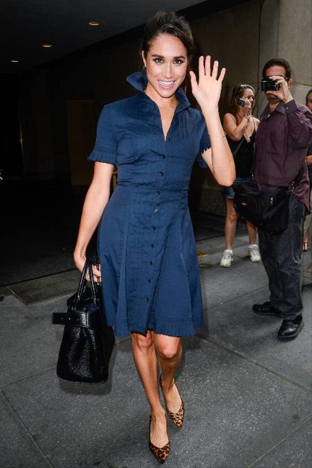 Diện một chiếc váy xanh kín đáo, Meghan Markle vẫn không hề giảm đi độ xinh đẹp.