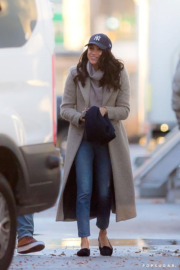 Street style của Meghan Markle hướng tới sự đơn giản và khỏe khoắn. Diện một chiếc áo cổ đổ, Meghan Markle chọn áo khoác cùng tông màu ghi bắt bắt và quần jeans giản dị. Chính những bức hình rất đời thường này khiến Meghan Markle được công chúng yêu mến nhiều hơn.
