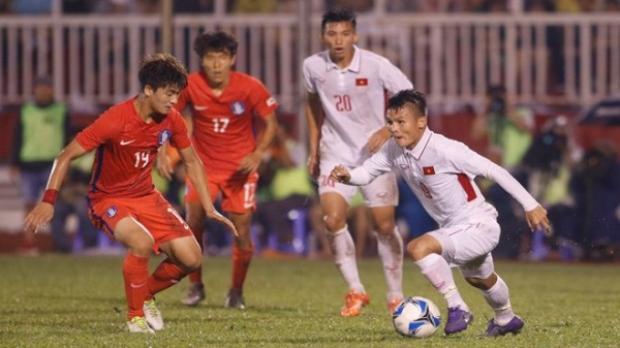 Quang Hải tự tin đi bóng trước các cầu thủ U23 Hàn Quốc.