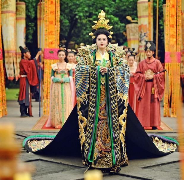 Trong lịch sử Trung Quốc, Võ Tắc Thiên, vị nữ Hoàng đế nổi tiếng, cũng chưa bao giờ mặc những trang phục giống như thế này cả!
