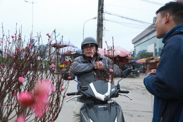 Nhiều cành có hoa, nụ đẹp rực rỡ được bán với giá từ 100.000 đồng trở lên, một số cành nhỏ chỉ có giá khoảng 50.000 đồng