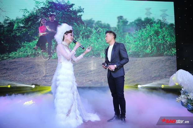 Người đẹp chuyển giới song ca tình tứ cùng Quý Bình trên sân khấu.