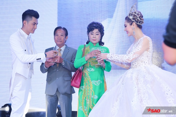 Lâm Khánh Chi cùng ông xã lễ phép kính rượu bố mẹ hai bên gia đình.