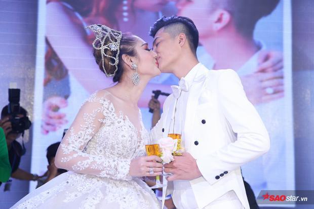 Nụ hôn ngọt ngào, say đắm của Lâm Khánh Chi cùng ông xã Phi Hùng khiến nhiều khách mời thích thú.