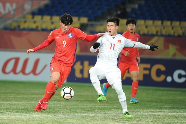 Duy Mạnh đá tiền vệ trung tâm mang đến sự an toàn cho hàng thủ U23 Việt Nam.