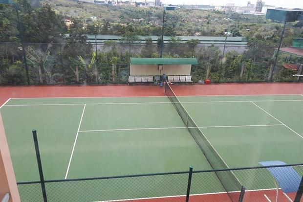 Sân tennis được UBND xã Nhân Cơ vận động xây dựng trong khuôn viên trụ sở. Ảnh:Minh Quý.
