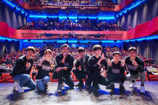Dàn diễn viên Along With the Gods: The Two Worlds trong bộ đồng phục vui nhộn in hình giám đốc sản xuấtKim Yong Hwa.