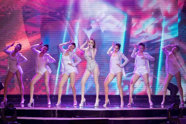 Bảo Thy trình diễn cùng vũ đoàn khiến không khí đêm nhạc nóng lên nhiều phần.