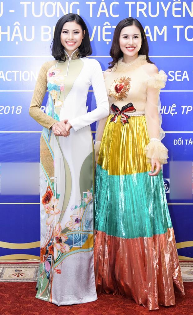 Đào Thị Hà xinh đẹp nổi bật khi diện trang phục áo dài lấy họa tiết hoa sen làm cảm hứng trang trí, bên cạnh cô là Hà Lade rực rỡ với váy áo hiện đại.