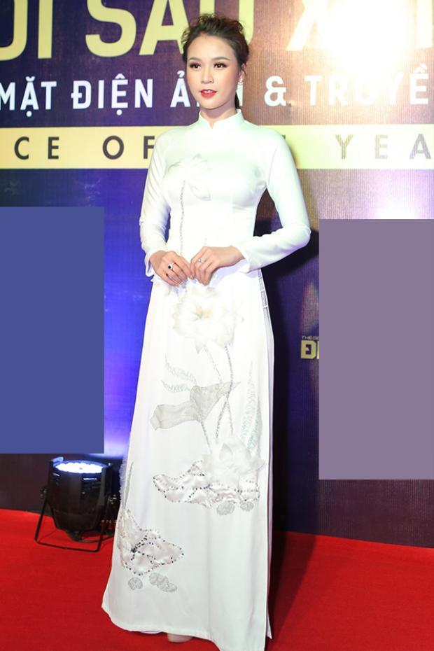 Sam trong sự kiện mới đây nhất cũng diện áo dài trắng họa tiết hoa sen. Chỉ cần trang phục giản dị, cô nàng diễn viên đã trở nên cực xinh đẹp.