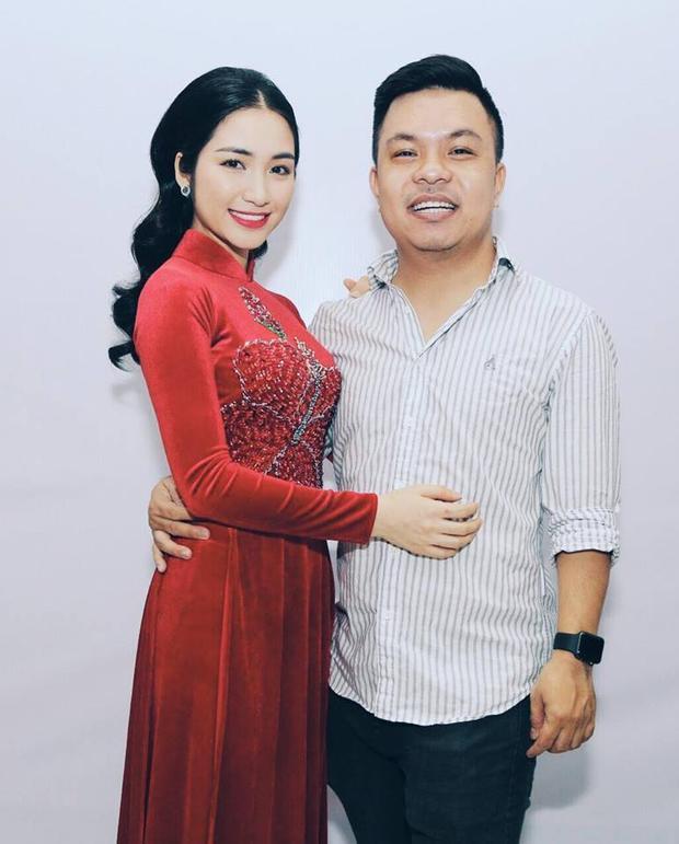 Hòa Minzy là một cô gái tính tình sôi nổi, hoạt bát, vậy mà trong các sự kiện gần đây, cô nàng rất chịu khó diện áo dài. Trong hình, Hòa diện thiết kế áo dài với bông hoa đỏ nổi bật gắn liền với biệt danh mà các fan tặng cho Hòa gần đây.