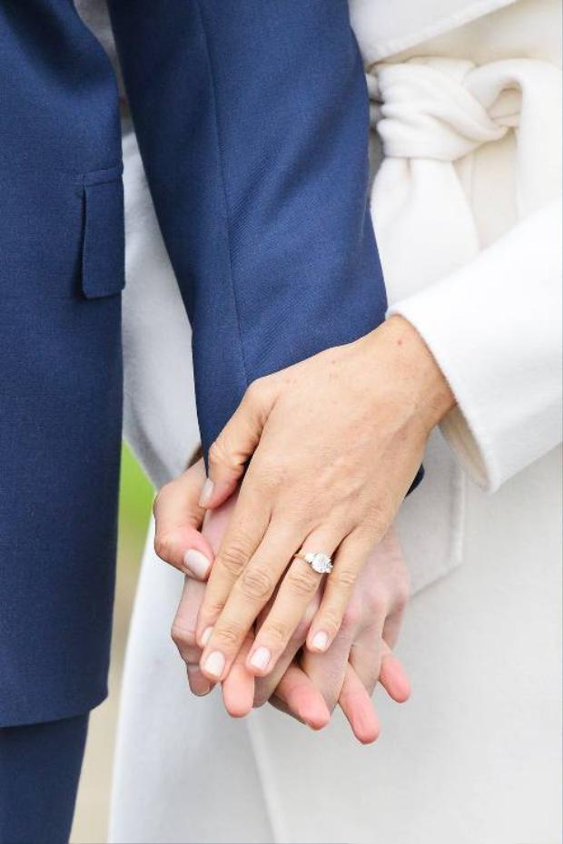 Cận cảnh chiếc nhẫn gồm 3 viên kim cương của Meghan Markle.